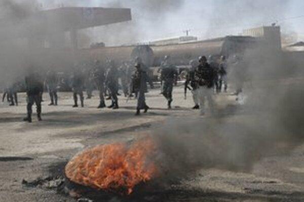 Čierny dym z horiacich pneumatík stúpa počas protestov na protiamerickej demonštrácii v Kábule.