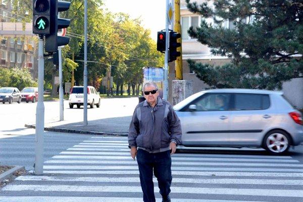 Semafory pri Mieri. Prejsť peši plynulo na druhú stranu štvorprúdovky je takmer nemožné. Na jednom semafore svieti zelená, na druhom červená.