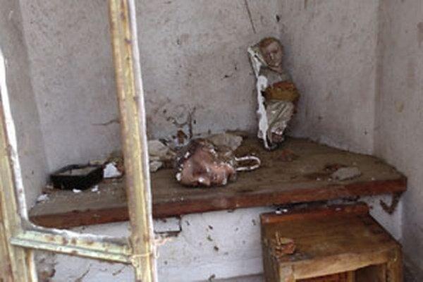Zo sôch zostali v kaplnke len torzá.
