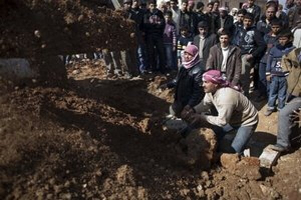 Pohreb zabitého demonštranta v meste Sarmin.