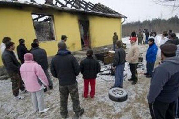 Na Rómov útočili aj v roku 2009 v Tatárszentgyörgy. Obeťami extrémistov sa stali otec so synom.