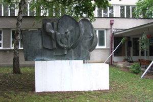 Zreštaurovaný Kvet v areáli základnej umeleckej školy.