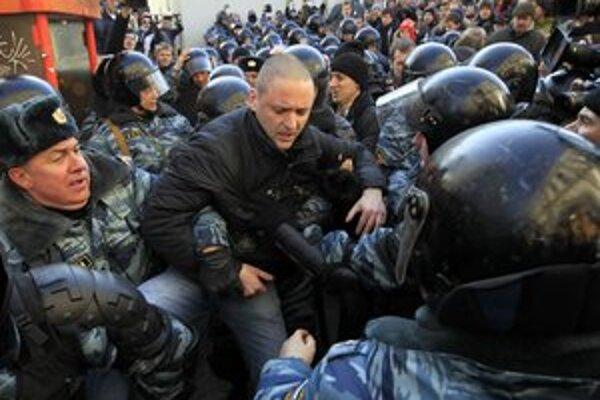 Na víkendovej demonštrácii v Rusku sa opäť zatýkalo. Ľavicový opozičný líder Udalcov (na snímke) môže znovu pobudnúť pár dní vo väzení.
