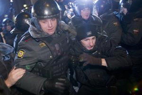 Ruská polícia zatýkala aj na Silvestra.