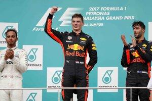 Pódium pre najlepších troch jazdcov po VC Malajzie - uprostred víťaz Max Verstappen (Red Bull), vľavo druhý Brit Lewis Hamilton (Mercedes) a vpravo Verstappenov tímový kolega Daniel Ricciardo.