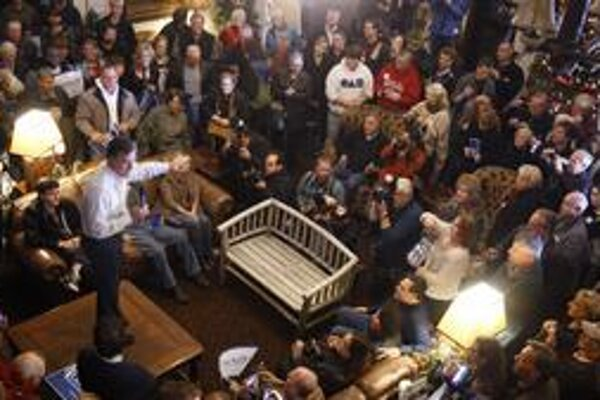 Bývalý guvernér Massachusetts Mitt Romney sa na mítingu v radničnej hale v meste Sioux postavil na stôl, aby ho bolo vidieť. Republikánski kandidáti na prezidenta mobilizovali stúpencov do konca.