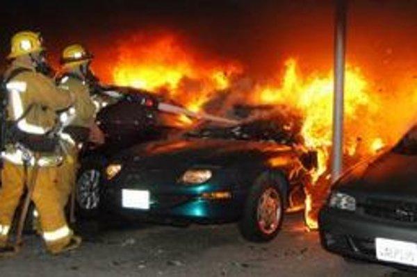 Za víkend horelo v Los Angeles viac ako 50 áut.