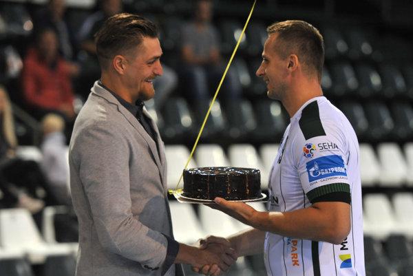 Jubilant. Rábek preberá tortu od kapitána Tatrana.