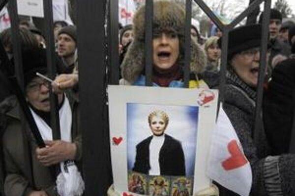 Stúpenci bývalej ukrajinskej premiérky  Julie Tymošenkovej skandujú heslá pred budovou súdu v Kyjeve.