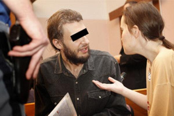 Otec na súde počas rozhovoru s matkou.