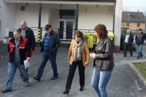 Starostka obce Andrea Šimurdová (štvrtá sprava) počas kontrolného dňa rekonštrukcie materskej školy.