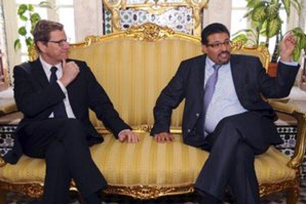 Nemecký minister zahraničných vecí Guido Westerwelle a jeho tuniský kolega Rafik Abdessalem.