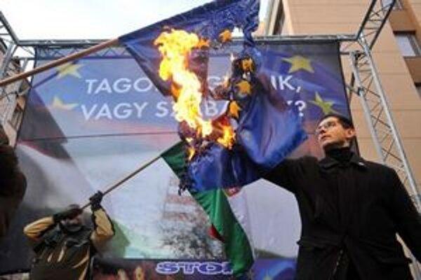 Podpredseda Jobbiku Elöd Novák zapaľuje vlajku Únie.
