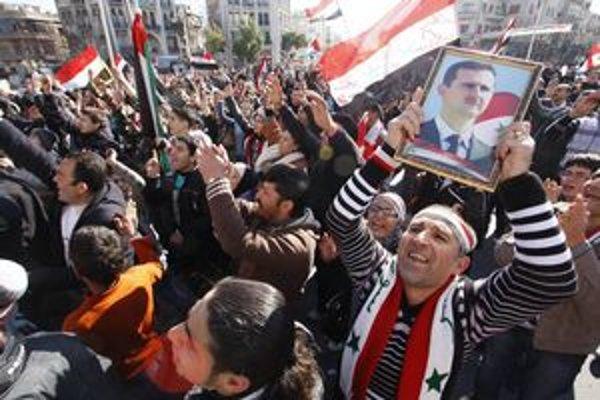 Priaznivci prezidenta Asada hovoria, že povstanie je riadené zo zahraničia a sú za ním teroristi.