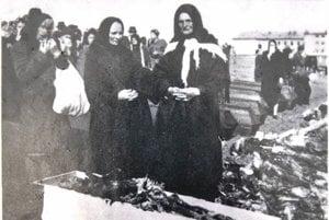 Fotografia zachytávajúca exhumáciu na Bukovinách. Anna Kučmová stojí vpravo.