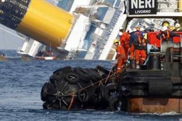 Výletná loď narazila na podmorské skaly a prevrátila sa na bok.