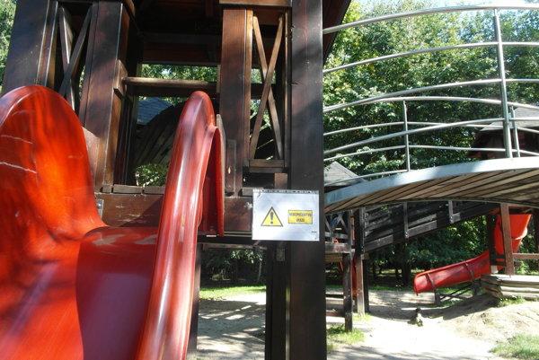 Na hracích prvkoch sa objavili varovania i mechanické zábrany.