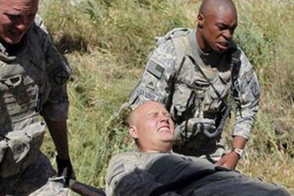 Evakuácia zraneného vojaka USA v Afganistane.
