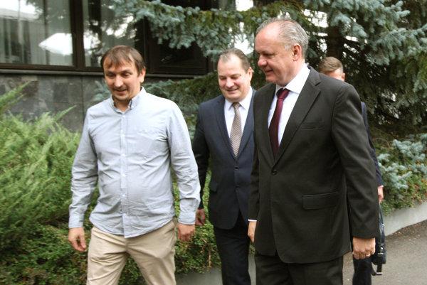 Po boku prezidenta Andreja Kisku kráča rektor univerzity Rudolf Kropil a zástupca Živice Juraj Hipš.