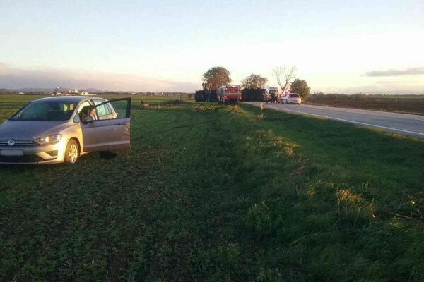 Vodič Volkswagenu sa našťastie kamiónu v protismere stihol vyhnúť.