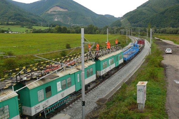 Medzi stanicami Varín-Vrútky bolo na trati poukladaných desať pneumatík.
