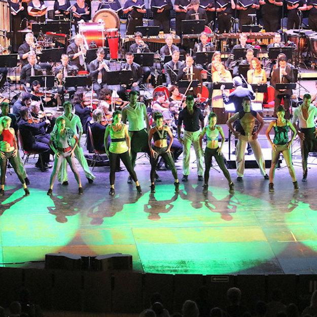 Symfonický orchester a tanečníci  sú netradičným spojením.