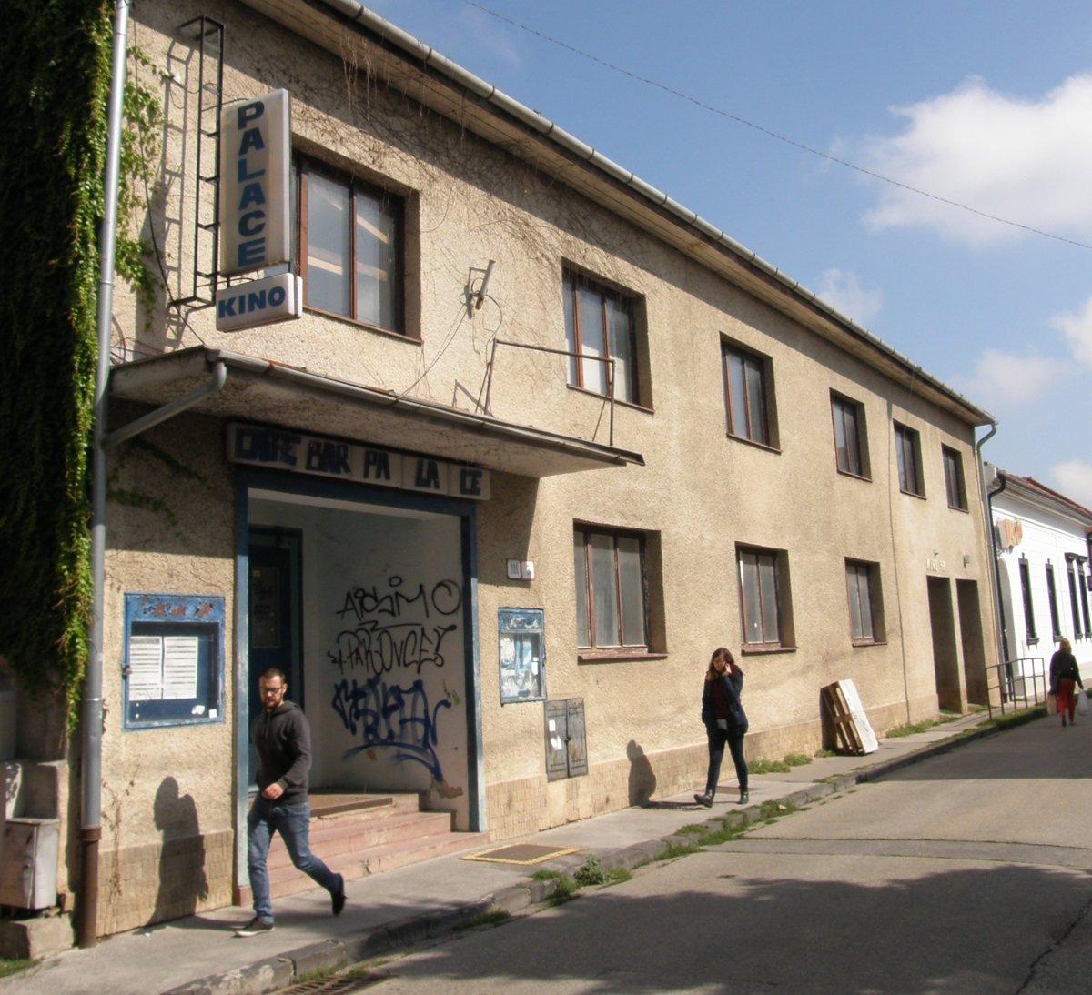 c0f2fbd53 Kino Palace na Radlinského ulici premietalo do roku 2005. Dnes je  nevyužité. Budovu postavili