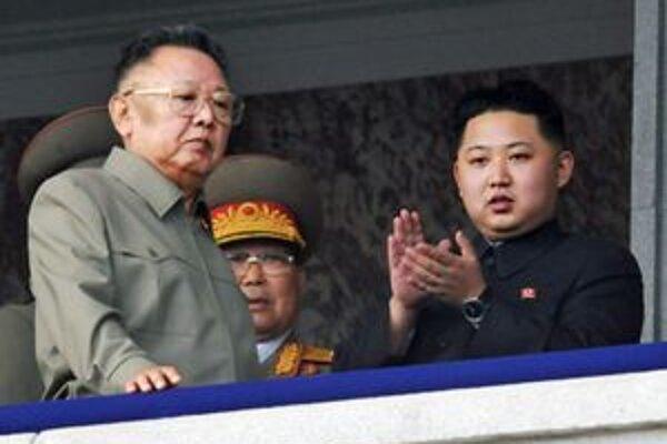 Kim Čong Il so synom na fotografii z augusta 2010 na zábere z vojenskej prehliadky.