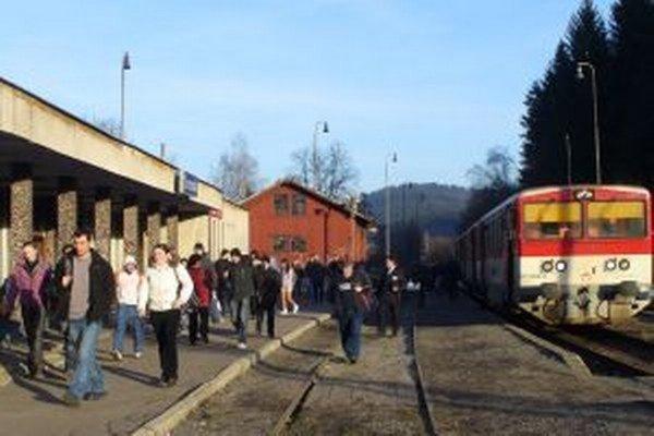 Cestujúci museli vymeniť vlaky za autobusy.