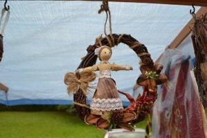Dekoračné predmety z prírodných materiálov pomáha vyrábať manželke Márii.