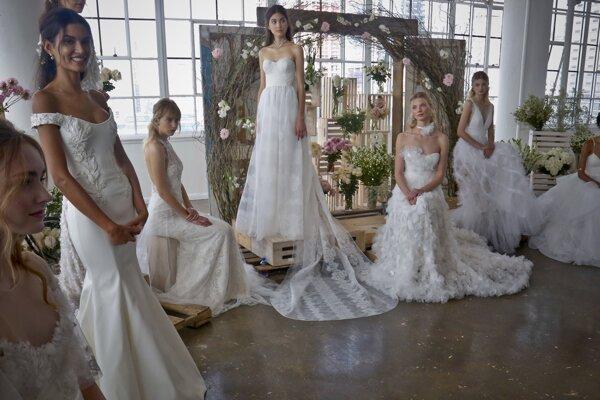 Svadobné kreácie značky Marchesa na prehliadke počas Bridal Fashion Week v americkom New Yorku.