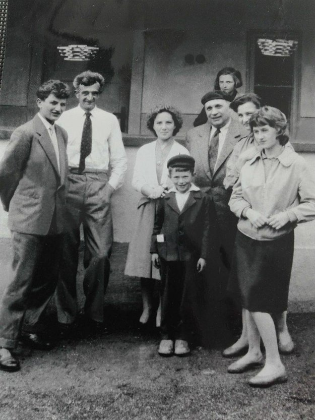 Rodiny sa stretli v roku 1958 v Cinobani. Arpád Beseda v baretke, vľavo stojí Pavel Imre.