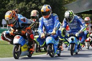 Pretekári MotoGP Tito na okruhu v Motegi pred VC Japonska seriálu MS cestných motocyklov.