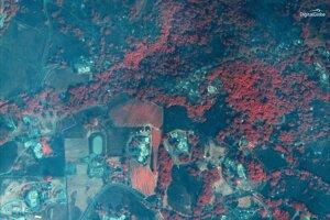 Satelitný záber vznikol vo viditeľnom a blízkom infračervenom spektre (VNIR). Škody ukazuje v tmavohnedej farbe, zatiaľ zdravú vegetáciu v červnej.