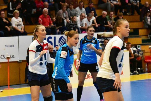 V modrých dresoch dve strelecké ťahúňky Dusla Lívia Klučková a Karin Bujnochová. Vľavo bývalá hráčka Šale Sofia Demajová.