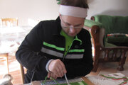 Pri práci si pomáha vidličkou.