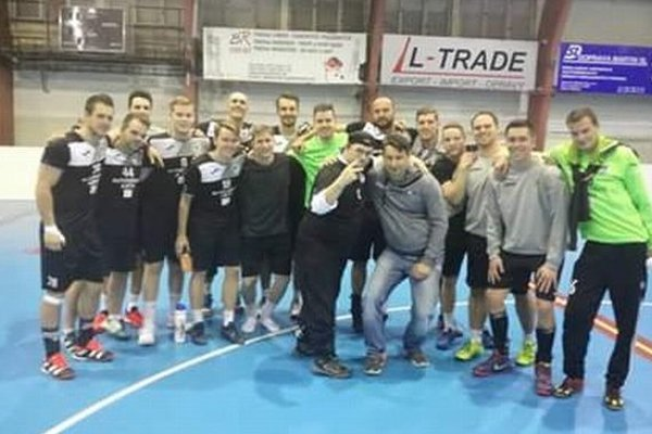 Martinčania po zápase odovzdali dres vernému fanúšikovi  Miroslavovi Kamenickému (včiernej čiapke).