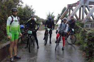 Partia odvážlivcov, ktorá zdolala vrcholy Trenčianskeho regiónu na bicykli.