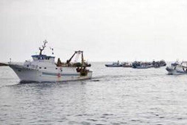 Rybárske lode pri pobreží ostrova Lampedusa. Rybári používajú prázdne lode migrantov na blokovanie vstupu do prístavu.