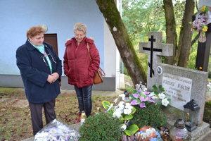 Pri hrobe igumena Ignatija. Pani Annu (vľavo) krstil.