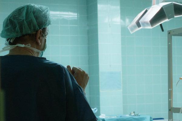 Film Medzi nami o pôrodoch v bratislavských nemocniciach spustil polemiku o násilí na ženách počas pôrodu.