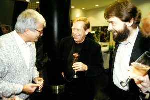 Peter Vajda (vpravo) mal blízko kľuďom novembra 1989. Rád sa stretával sVáclavom Havlom aj Ladislavom Snopkom.