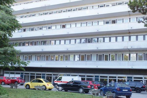Trebišovská nemocnica. Pôrodnica je na ôsmom poschodí.