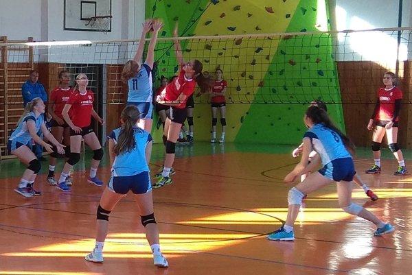 Úspešný blok Barbary Jakubíkovej (11), v poli zľava Sabína Cholujová, Miriama Jurišová a Lenka Zemaníková (zo zápasu Čadca - L. Hrádok).