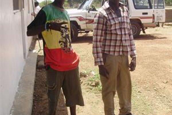 Sudánski raperi Kuany (vľavo) a Athuai (vpravo) si veria. Na stavbe musia pracovať 20 dní, aby mohli nahrať ďalšiu pesničku.