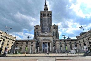 Muž sa zapálil pred budovou Palácu kultúry a vedy vo Varšave.