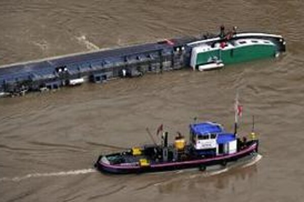 Požiarnici prehliadajú cisternovú loď s 2400 tonami kyseliny sírovej.