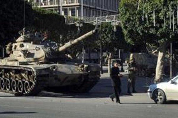 Tank hliadkuje na jednej z ulíc v tuniskom hlavnom meste Tunis.