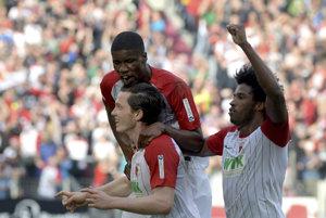 Hráči Augsburgu sa radujú po jasnom víťazstve.
