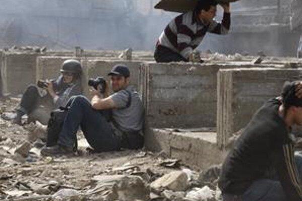 Zahraniční reportéri sa museli schovávať pred rozzúreným davom.